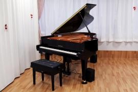 寄贈したグランドピアノ